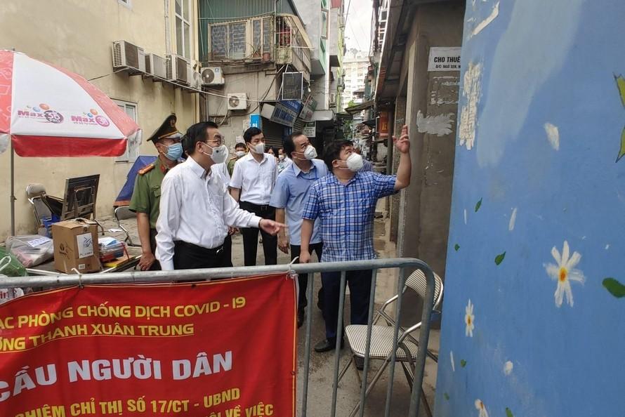 Ông Chu Ngọc Anh - Chủ tịch UBND TP. Hà Nội đến kiểm tra công tác phòng chống dịch COVID-19 trên địa bàn quận Thanh Xuân vào sáng ngày 25/8.