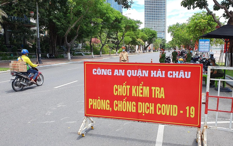 Đà Nẵng: Quét mã QRCode khai báo y tế điện tử để giữ và mở rộng 'vùng xanh'