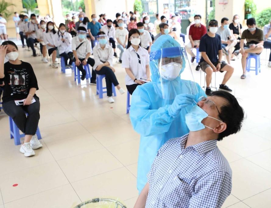 Chiều 4/9/2021, tại Hà Nội, ngành Giáo dục phối hợp với ngành Y tế thực hiện lấy mẫu xét nghiệm COVID-19 cho các lực lượng tham gia vào lễ khai giảng năm học mới 2021 - 2022 của toàn thành phố sẽ được truyền hình trực tiếp vào sáng 5/9.