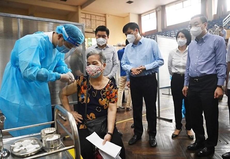 Bộ trưởng Bộ Y tế Nguyễn Thanh Long và Chủ tịch UBND TP Hà Nội Chu Ngọc Anh kiểm tra việc tiêm vaccine phòng COVID-19 cho người dân trên địa bàn thành phố.