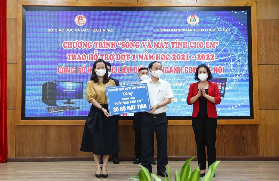 Đồng chí Vương Hương Giang - Quận ủy viên, Trưởng phòng Giáo dục và Đào tạo quận Hoàn Kiếm thay mặt ngành tặng 30 bộ máy tính cho học sinh có hoàn cảnh khó khăn trên địa bàn thành phố Hà Nội