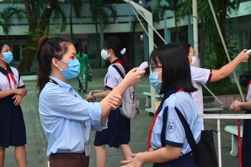Học sinh TP HCM trở lại trường sau thời gian nghỉ học kéo dài do dịch COVID-19 hồi tháng 5/2020. (Ảnh minh hoạ)