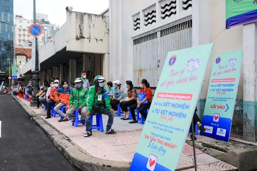 Người dân trật tự xếp hàng đợi xét nghiệm tại chợ Bến Thành (TP.HCM).