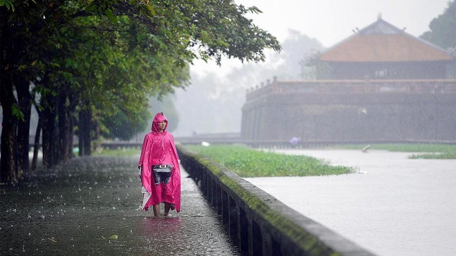 Áp thấp nhiệt đới di chuyển chậm, miền Trung và miền Nam đều có mưa lớn
