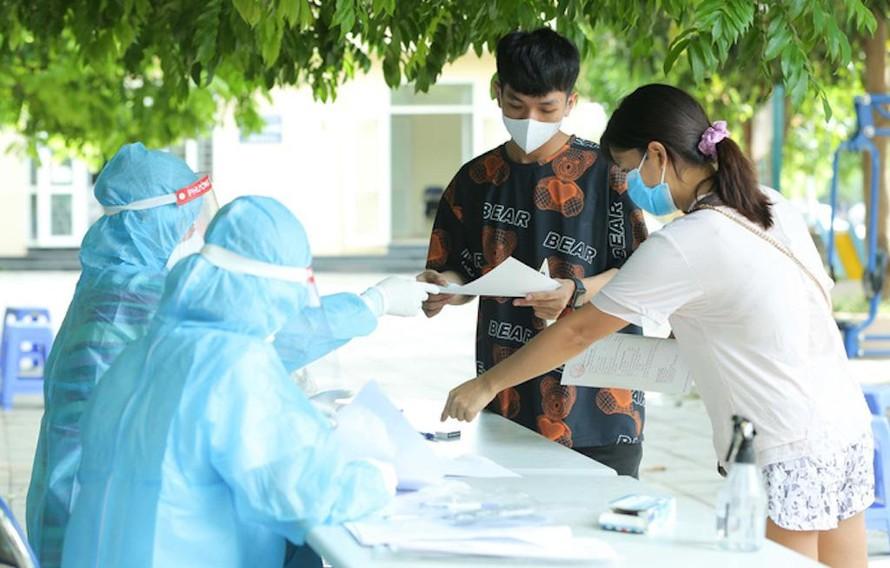 Lực lượng y tế chuẩn bị lấy mẫu xét nghiệm COVID-19 tại Hà Nội. (Ảnh minh hoạ)