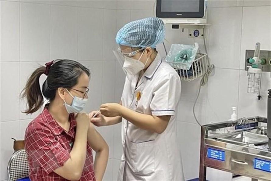 Nhân viên y tế tiêm vaccine phòng COVID-19 cho thai phụ. (Ảnh minh hoạ)