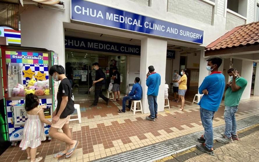 Bác sĩ Chua nói rằng 20 đến 30 liều mũi tiêm tăng cường Sinovac đang được tiêm mỗi ngày. ẢNH: DESMOND FOO