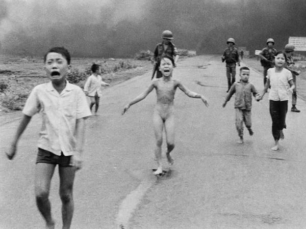 Bức ảnh 'Nỗi kinh hoàng chiến tranh' của nhà báo đoạt giải Pulitzer, Nick Ut, ghi lại cảnh các em bé Việt Nam chạy trốn một cuộc tấn công bằng bom napalm. (Ảnh: Nick Ut)