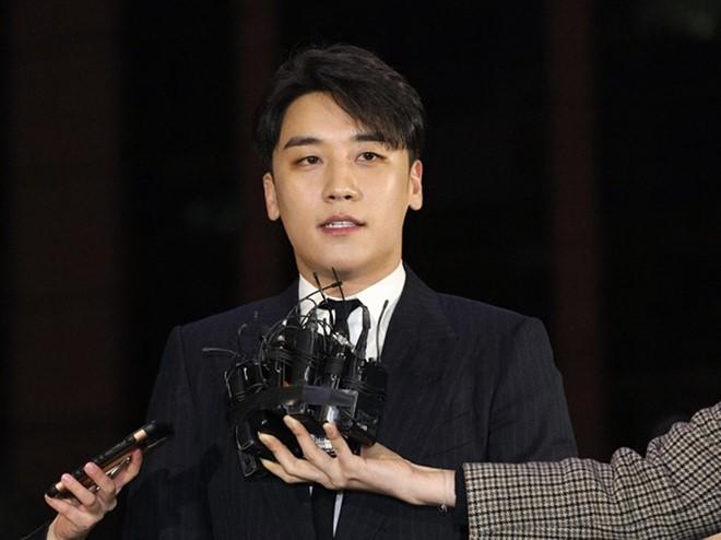Đến trình diện cảnh sát, Seungri cũng đi làm đẹp như diễn show
