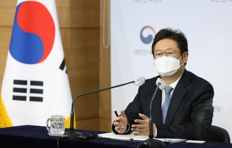 Bộ trưởng Bộ Văn hóa Hwang Hee phát biểu trong cuộc họp báo tại Khu phức hợp Chính phủ Trung ương, Seoul. (Ảnh: Korea Times)