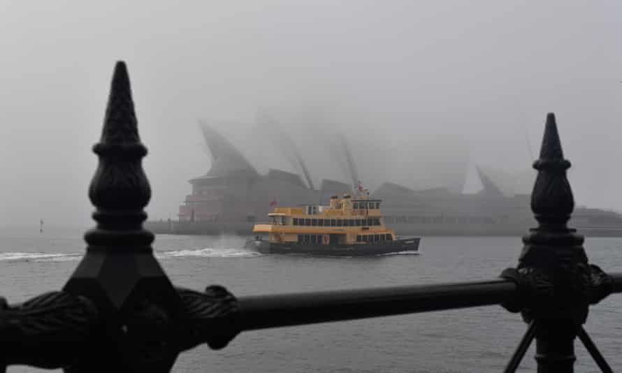Một số chuyến phà ở Sydney đã buộc phải ngừng hoạt động do sương mù vào sáng thứ Hai. (Ảnh: Mick Tsikas/AAP)
