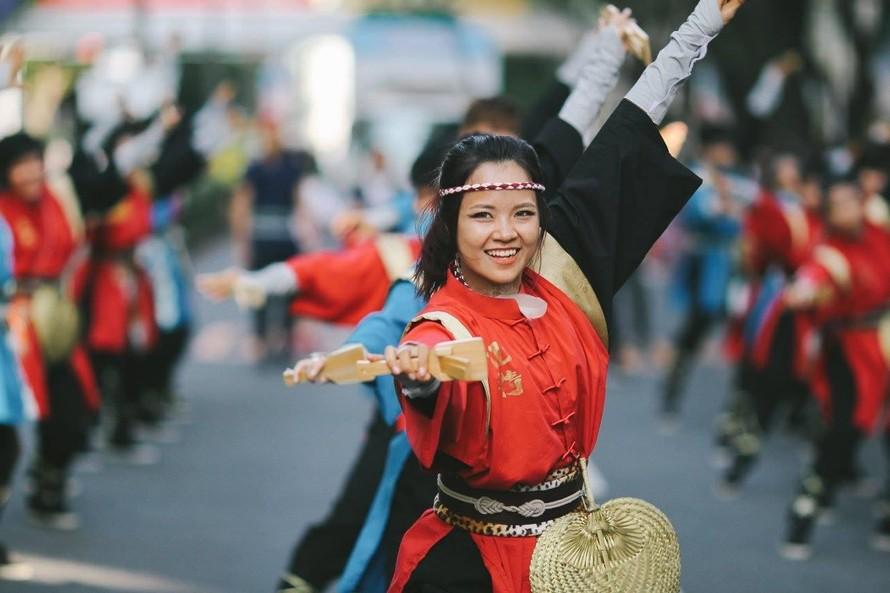 """Hanuyo Yosakoi Team (Việt Nam) với bài diễn """"Đánh thủy thần, đương đầu sóng lớn"""" tại Lễ hội Harajuku Omotedando Super Yosakoi 2017. (Ảnh: Hanuyo)"""