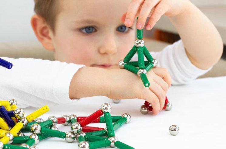 Trẻ em cảm thấy rất vui khi được 'thưởng thức' một đồng xu sáng bóng, pin nhỏ hoặc đồ chơi nhiều màu sắc. (Ảnh: Clevelandclinic)