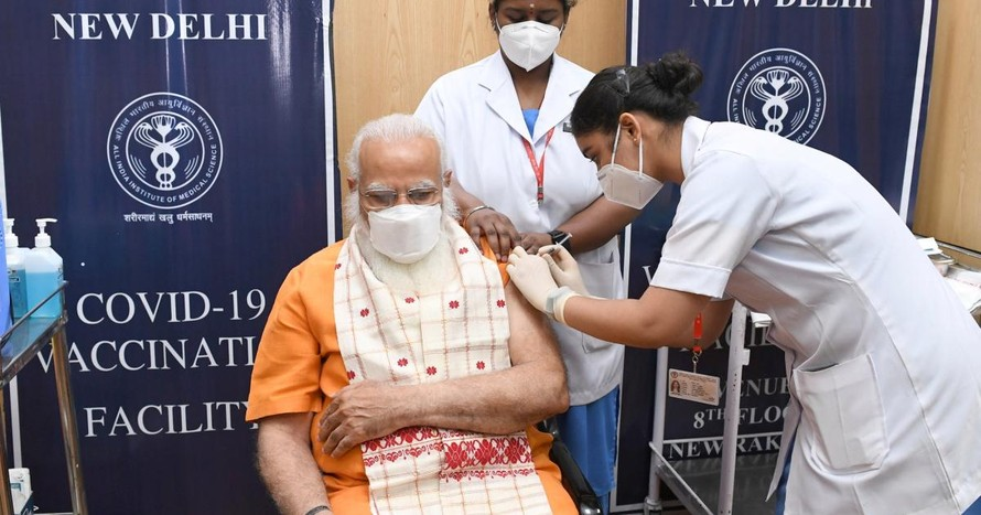 Thủ tướng Modi nhận liều vaccine ngừa COVID-19 thứ hai tại bệnh viện Viện Khoa học Y tế Toàn Ấn Độ ở New Delhi. (Ảnh: Reuters)