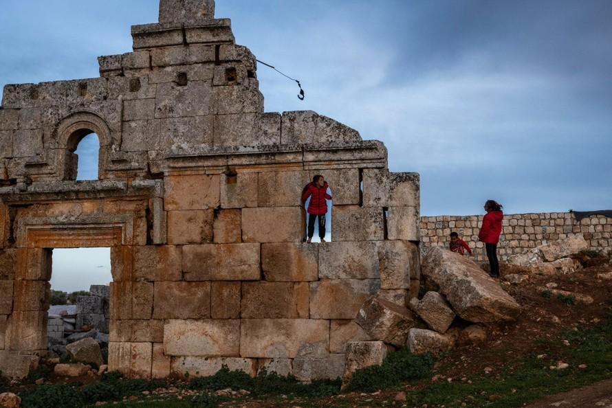 Chiến tranh nổ ra đẩy người Syria phải ẩn náu trong các phế tích