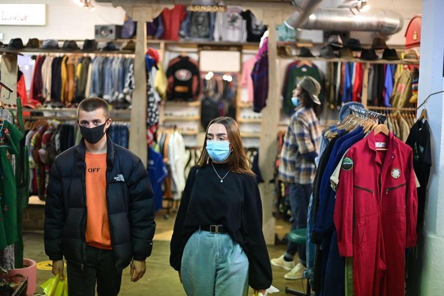 Gen Z trong một khu bán đồ cũ (Ảnh: Bloomberg)