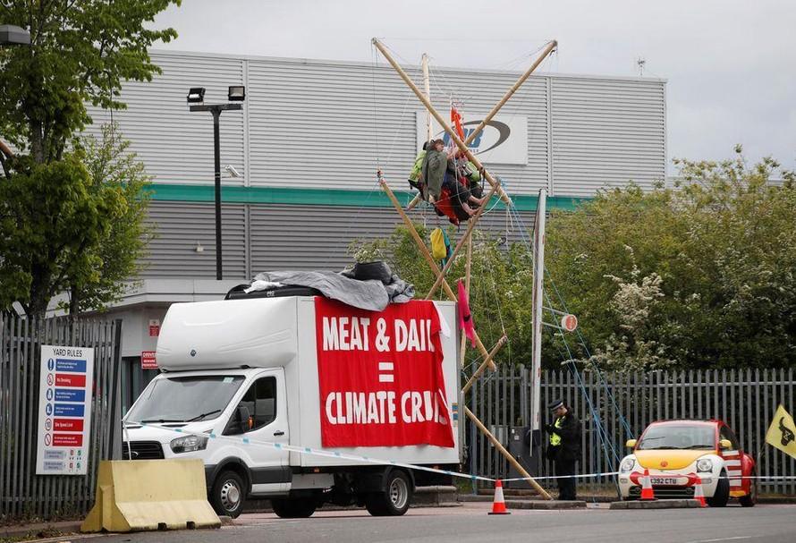 Tổ chức Animal Rebellion phong tỏa một trung tâm phân phối của McDonald hôm 22/5 (Ảnh: Reuters)
