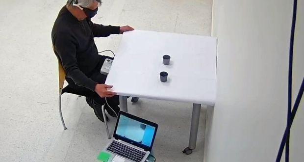 Một phần thị giác của bệnh nhân nam 58 tuổi này đã được khôi phục, giúp anh có thể nhận biết, đếm, xác định vị trí và chạm vào các đồ vật khác nhau bày ra trên bàn trước mặt. (Ảnh: New York Times)