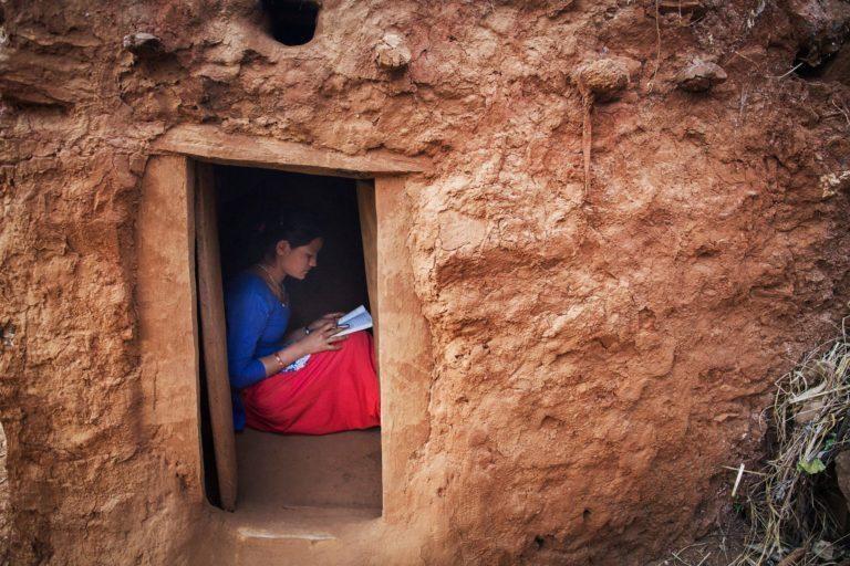 Một nữ sinh làm bài tập trong 'nhà kho kinh nguyệt' của gia đình. (Ảnh: New York Times)