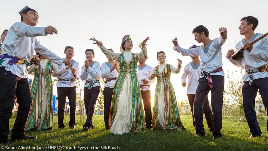Bức ảnh của Bobur Alimkhodjaev đưa chúng ta đến Ferghana, Uzbekistan, nơi có những điệu nhảy ngẫu hứng phóng khoáng và vô vàn mặt hàng dệt may truyền thống tuyệt vời. (Ảnh: UNESCO)