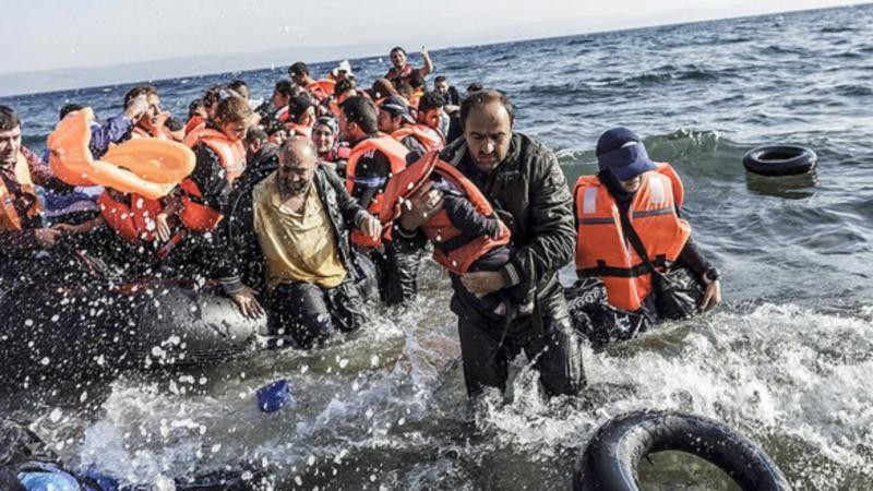 Ảnh chụp những người di cư từ Thổ Nhĩ Kỳ đến Hy Lạp năm 2016. (Ảnh: EuraCtiv)