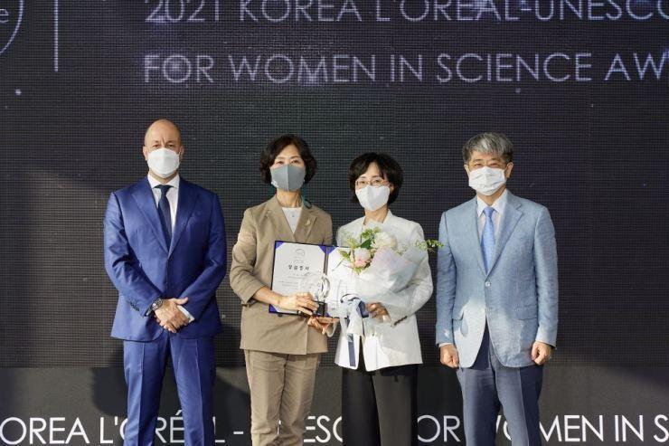 Từ trái qua, Chủ tịch L'Oreal Hàn Quốc Christian Marcos, GS. Lee You-mie, Chủ tịch Diễn đàn Khoa học Sinh học Phụ nữ Mook In-hee và Tổng Thư ký Ủy ban Quốc gia UNESCO Hàn Quốc Han Kyung-koo ngày 15/6. (Ảnh: L'Oreal Hàn Quốc)