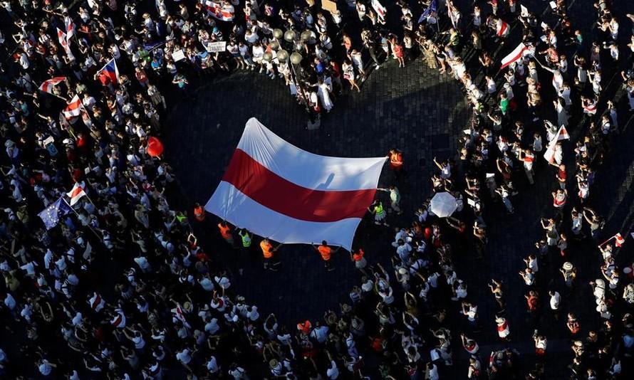 Cờ Belarus được giăng bên trong hình trái tim do người biểu tình tạo ra ở thủ đô Minsk tháng 8/2020. (Ảnh: Reuters.)