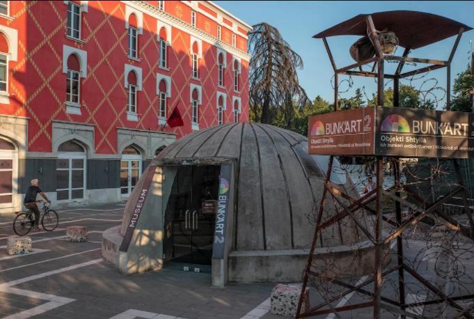 Lối vào được xây dựng giống với một trong những hầm chứa pháo có mái vòm dành cho hai người được tìm thấy trên khắp Albania.(Ảnh: Alessio Mamo)