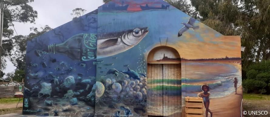 Bức tranh tường thế hiện hai nửa thế giới đối lập, được sơn trên tường của tòa nhà Trung tâm tái chế trong Khu dự trữ sinh quyển.
