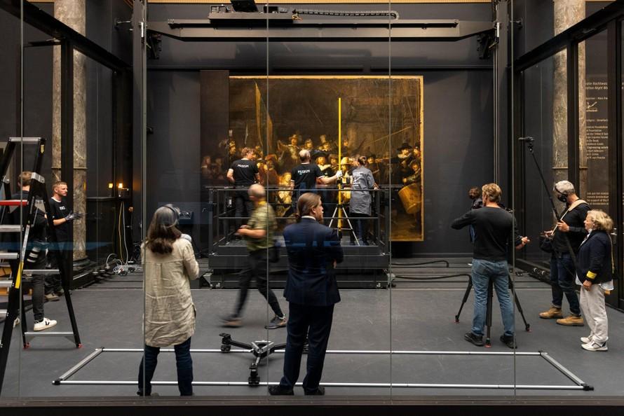 Từ thế kỷ 19, bức tranh không nguyên vẹn đã được đưa vào bảo tàng Rijksmuseum, và trưng bày tại khu vực trung tâm của Bảo tàng.