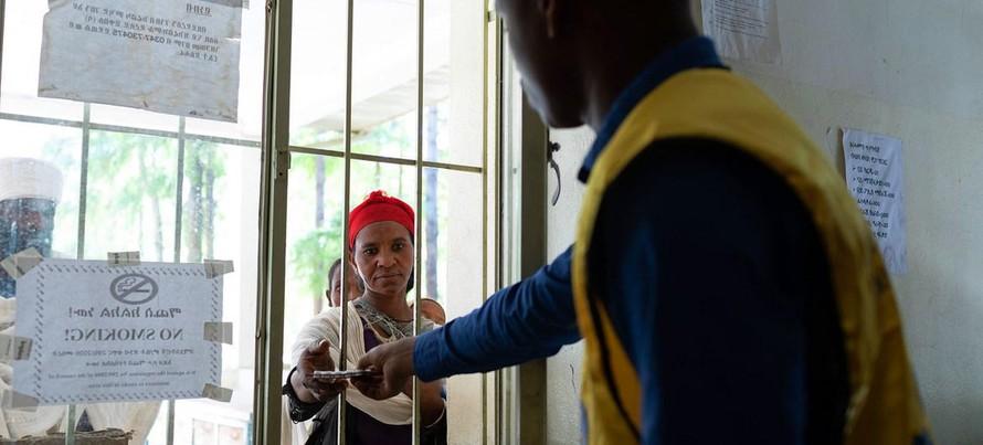 Một phụ nữ nhận thuốc tại một trung tâm y tế ở vùng Tigray của Ethiopia. (Ảnh: UNICEF)
