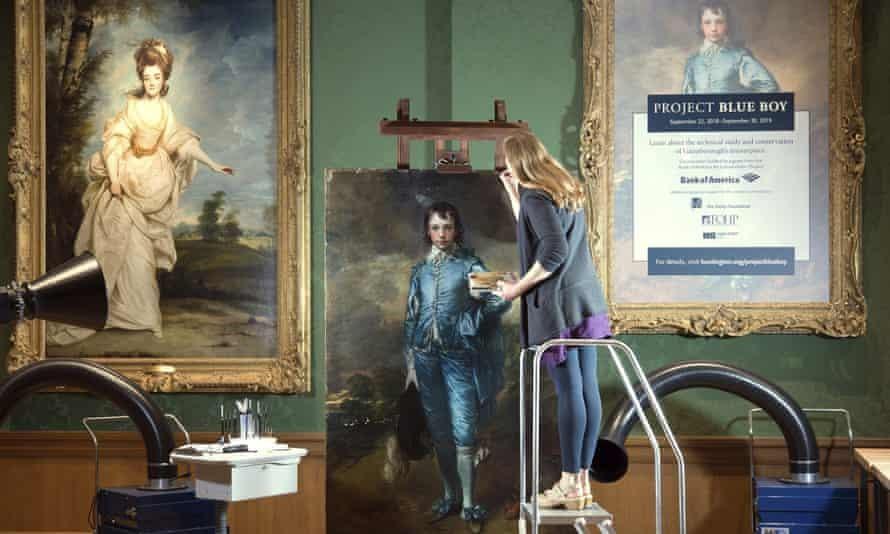 """Công việc trùng tu """"The Blue Boy"""" được thực hiện tại Phòng trưng bày Huntington ở San Marino, California. (Ảnh: AP)"""
