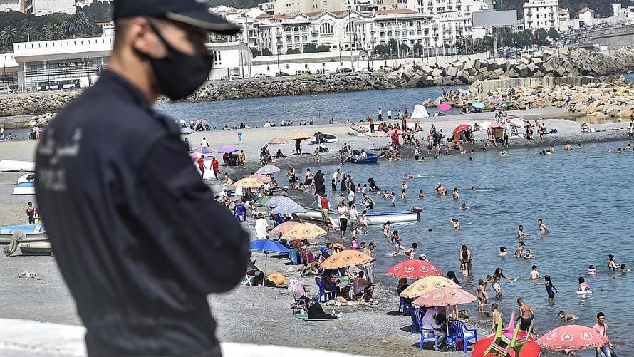 Một cảnh sát đang quan sát bãi biển el-Kettani ở ngoại ô Bab el-Oued của thủ đô Algiers, Algeria. (Ảnh: Ryad Kramdi)