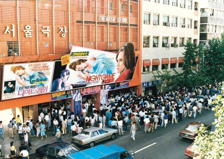 Đám đông xếp hàng tại rạp chiếu phim Seoul, ảnh chụp tháng 9/1989. (Ảnh: Korea Times)