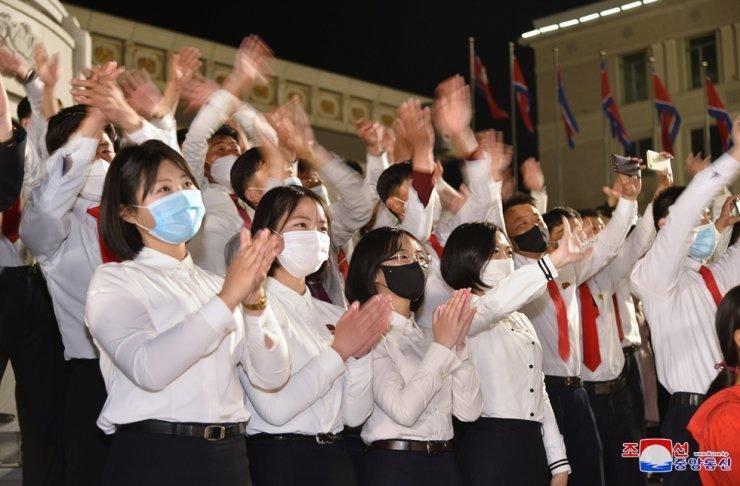 Các sinh viên Triều Tiên xem bắn pháo hoa mừng sinh nhật của người sáng lập chế độ Kim Nhật Thành vào ngày 15/4. (Ảnh: Hãng thông tấn trung ương Triều Tiên)