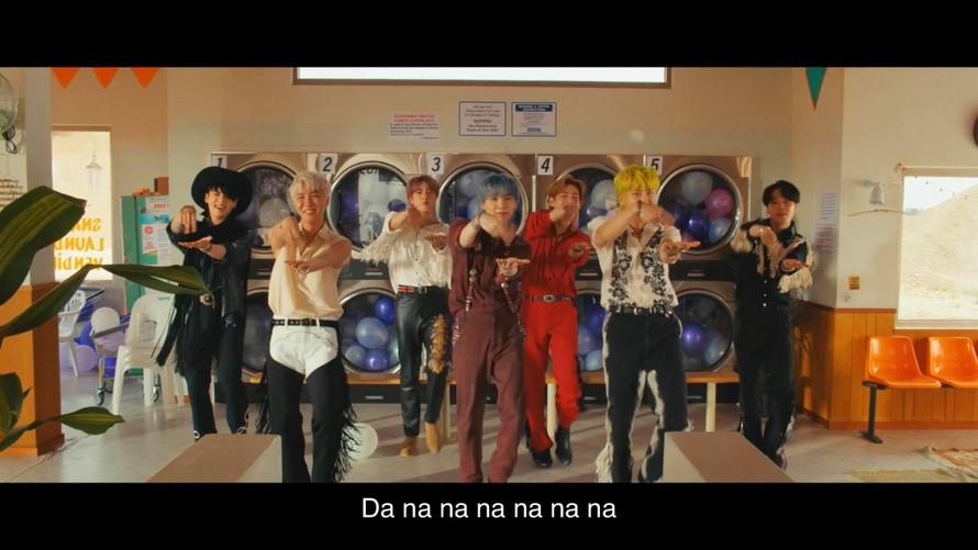 """Ngôn ngữ ký hiệu dành cho người khiếm thính trong MV """"Permission to dance"""" của BTS, Tôi muốn nhảy = Di chuyển hai ngón tay sang trái phải ở lòng bàn tay bên kia."""