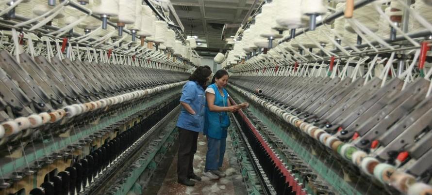 Hai phụ nữ kiểm tra khung dệt công nghiệp trong một nhà máy sản xuất thảm ở Mông Cổ. (Ảnh: ILO)