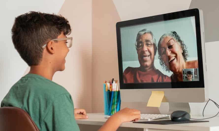 Nhiều người đã sử dụng cuộc gọi video để giữ liên lạc với bạn bè và gia đình trong thời gian giãn cách xã hội. (Ảnh: Pollyana Ventura)