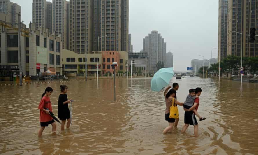 Ngập lụt ở thành phố Trịnh Châu thuộc tỉnh Hà Nam, Trung Quốc. (Ảnh: Noel Celis / AFP)
