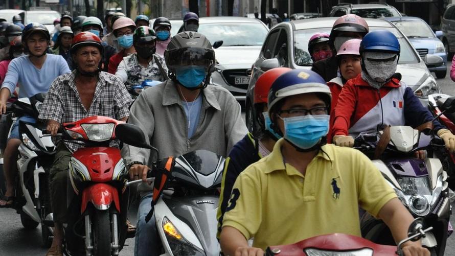 Người đi làm ở Thành phố Hồ Chí Minh, Việt Nam. Việc giãn cách do COVID-19 đã khiến lượng khí thải CO2 toàn cầu giảm kỷ lục 7% vào năm 2020. (Ảnh: Unsplash/Nikolay Likomanov)