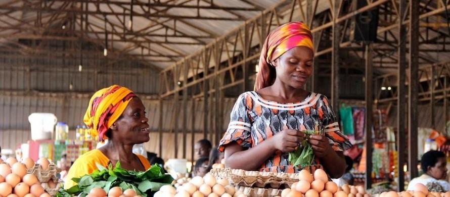 Những người phụ nữ bán trứng tại chợ Kimironko (Ki-ga-li, Rwanda). (Ảnh: Sarine Arslanian)