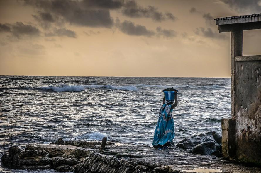 Một phụ nữ gánh hải sản vào bờ ở Senegal. (Ảnh: Imen Meliane & Julie Teng)