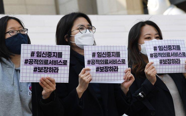 Các thành viên của Tổ chức Hành động vì Công bằng trong Sinh sản kêu gọi chính phủ đưa việc phá thai vào hệ thống chăm sóc sức khỏe cộng đồng, ngày 8/3. (Ảnh: Hong In-ki)