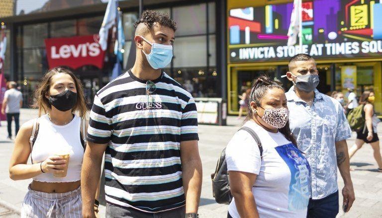 Người dân Mỹ đeo khẩu trang tại Quảng trường Thời Đại