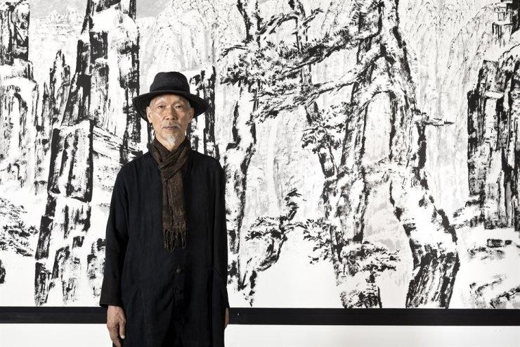 """Họa sĩ Park Dae-sung tại triển lãm cá nhân """"Insight"""" tại Trung tâm Nghệ thuật Insa ở quận Jongno, trung tâm Seoul. (Ảnh: Gana Art)"""