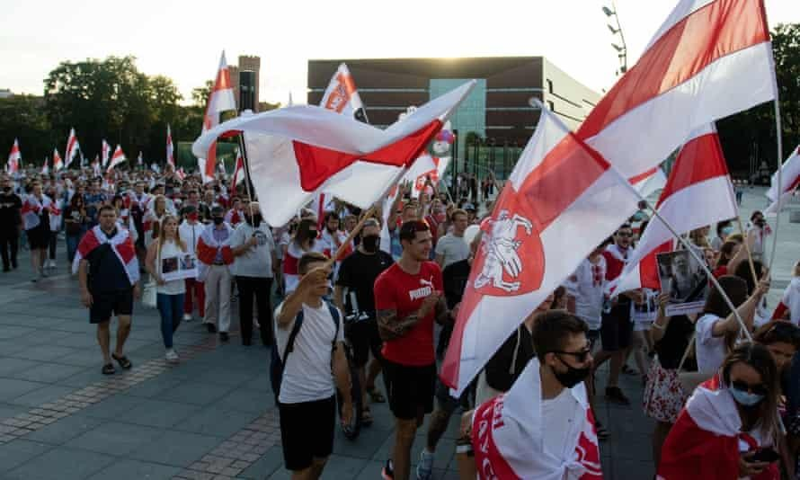 Người biểu tình diễu hành với cờ đối lập Belarus tại một cuộc tuần hành đoàn kết với Belarus ở Wroclaw, Ba Lan, trong tuần này nhân kỷ niệm một năm cuộc bầu cử Tổng thống của Belarus. (Ảnh: Lidia Mukhamadeeva)