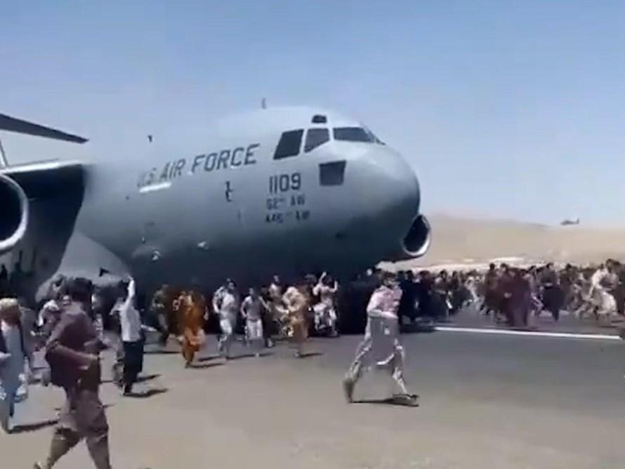 Video đám đông cố gắng leo lên máy bay quân sự của Mỹ để chạy khỏi Afghanistan