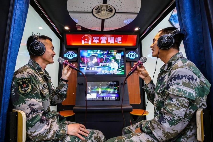 Binh sĩ Trung Quốc hát tại một quán karaoke ở tỉnh Giang Tô. (Ảnh: Costfoto)