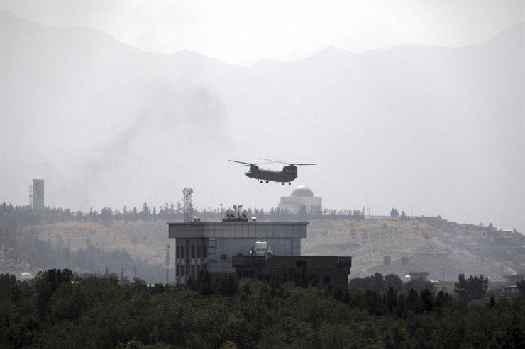 Một máy bay trực thăng Chinook của Hoa Kỳ bay qua Đại sứ quán Hoa Kỳ ở Kabul, Afghanistan, Chủ nhật, để sơ tán các nhân viên ngoại giao Hoa Kỳ. AP-Yonhap