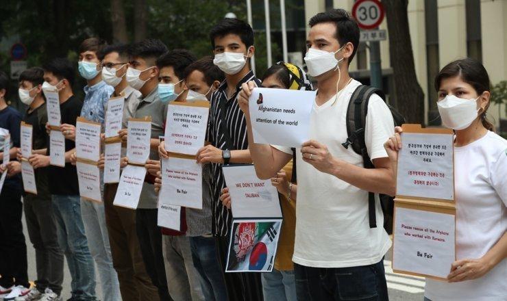 Một nhóm người Afghanistan đang cư trú tại Hàn Quốc cầm biểu ngữ yêu cầu chính phủ Hàn Quốc sơ tán các thành viên gia đình của họ, những người đã giúp đỡ sứ mệnh của Hàn Quốc tại nước này, trong cuộc biểu tình trước trụ sở Bộ Ngoại giao ở trung tâm Seoul, hôm thứ Hai. Ảnh: Yonhap